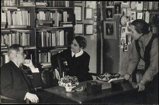 800px-James_Joyce_with_Sylvia_Beach_at_Shakespeare_&_Co_Paris_1920