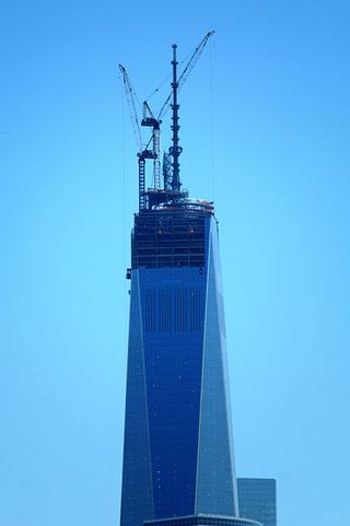 399px-Spire_installed_at_the_top_of_One_World_Trade_Center_-_2_May_2013
