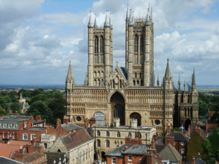 Main_front_of_Lincoln_Cathedral,_2009